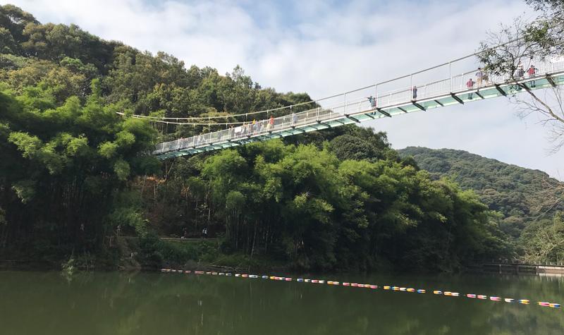 走在桂山玻璃吊桥上,相当于站在十多层的高楼楼顶,桥面会跟着左右
