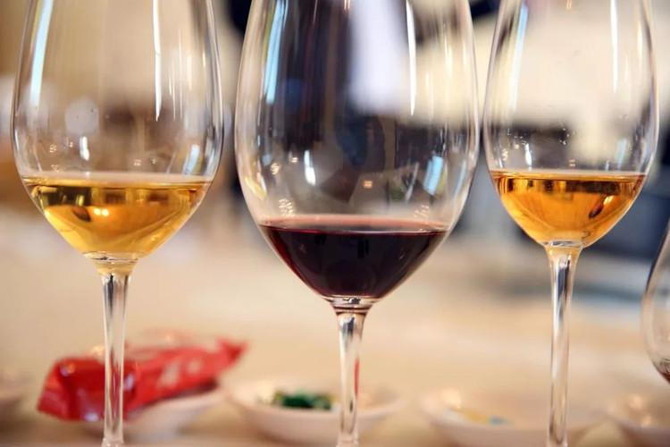 学习葡萄酒礼仪,按照观色,闻香,品尝的步骤学习如何鉴赏葡萄酒.