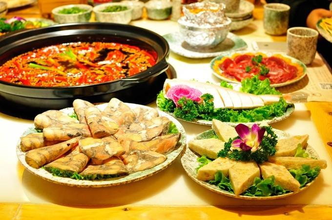 比起     重庆 火锅的粗犷豪迈的摆盘,这家火锅店可堪称艺术品了  装