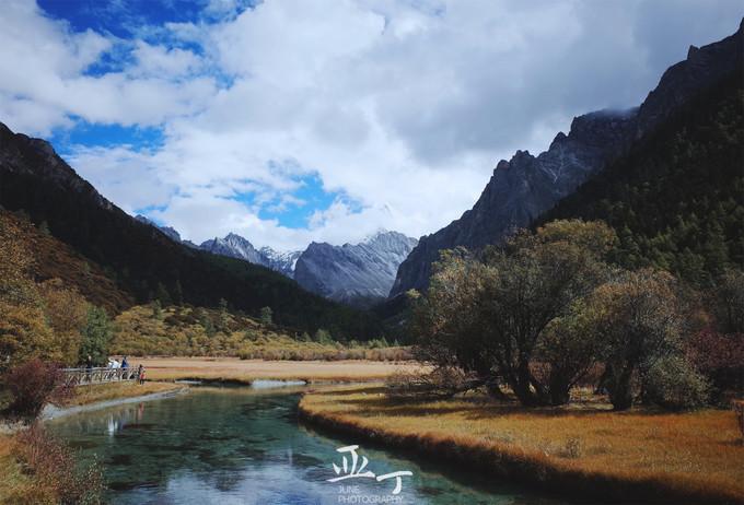 沿着冲古草甸两旁的栈道,沿途欣赏秋黄的风景,金黄的草地,是一种努力
