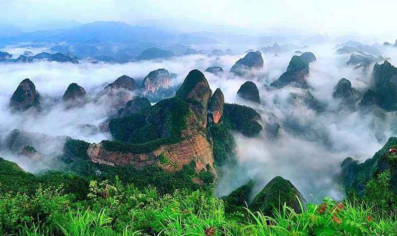 崀山旅游区位于湖南省新宁县境内,包括天一巷、辣椒峰、夫夷江、八角寨、紫霞峒、天生桥六大景区,18处风景小区,已发现和命名的重要景点有500余处,有三大溶洞和一个原始森林,总面积108平方公里,属典型的丹霞地貌,是难得的环保型山水自然风景区。2000年由国家体育总局定为国家攀岩训练基地,2001年10月由国土资源部审定为国家地质公园, 2002年5月由国务院审定为国家风景名胜区,2006年1月被列为首批国家自然遗产,2008年被入选为世界自然遗产提名地,2010年4月由国家旅游局评定为国家4A级旅游景区,