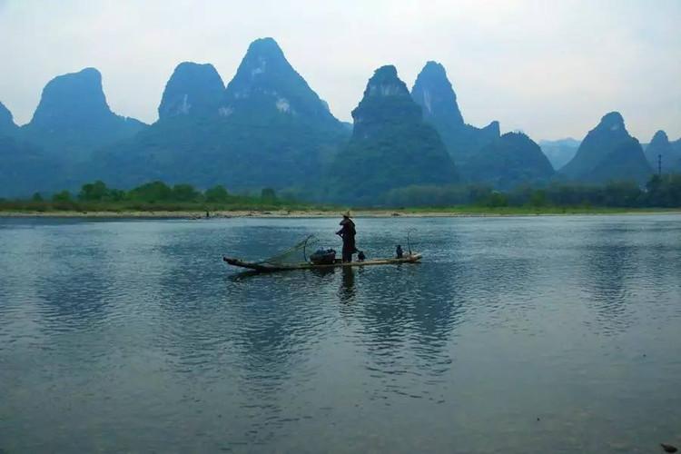 在平静的江面荡起一道道涟漪……船浪过处,犹如卷动的山水画卷.