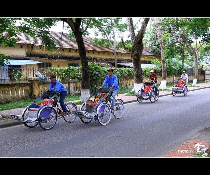紫红火��lo9f�x�_不想徒步也可以坐越南特色的前推式三轮车(xich lo,色努),大概10-30千