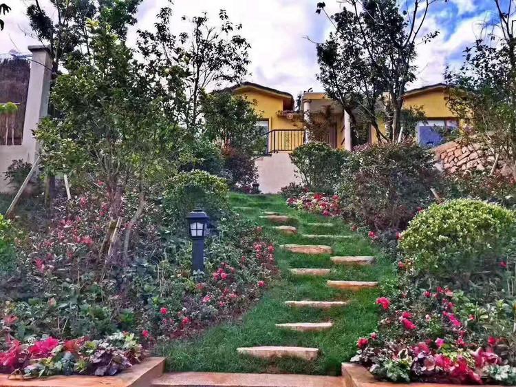 来到驾车距云南曲靖市中心3公里的金麟湾爱情别墅,这里是一个以车库门小镇上海图片