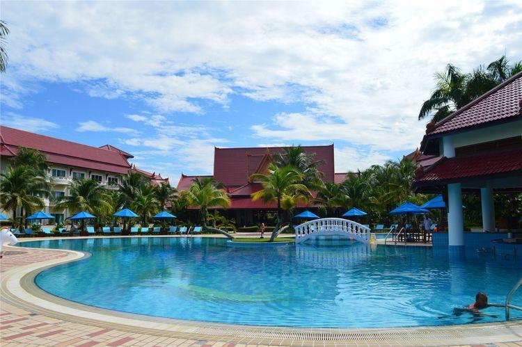 西哈努克又名磅逊(KampongSom),是位于柬埔寨西南部、泰国湾畔西哈努克省的一个发达港市,距离金边西南面220公里。而瑞姆则位于西哈努克西面,相距18公里,同样也拥有优美绝伦的海滩,以及人迹罕至的苍翠林地。目前西哈努克机场直达吴哥窟暹粒的航班,柬埔寨航空公司CambodiaAngkorAir目前开启的航线为这海岸机场提供往返暹粒和金边的服务,每天三班。拉近了西哈努克与瑞姆地区及各大亚洲航空枢纽的距离。这也将为西哈努克与瑞姆带来更多客流。游客可在此尽享洁
