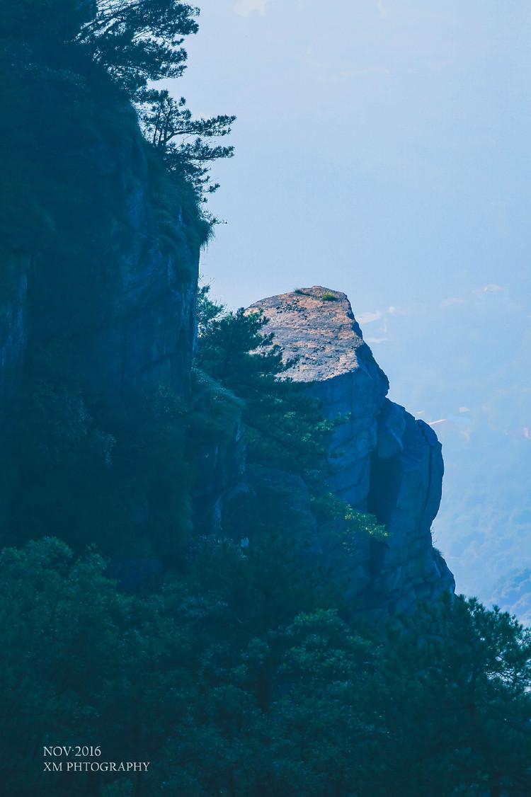 庐山风景区位于九江市南,北濒长江,东接鄱阳湖。它与黄山、雁荡山被称为是五岳中的三山。山有魂,水有魄,山连水接,魂魄相依。秀丽的山光水色交融映衬,美不胜收,于是就有了匡庐奇秀甲天下的美称。 中华民族源远流长的历史和数千年博大精深的文化蕴育了庐山无比丰厚的内涵。从古至今,更是受到很多文人墨客的青睐,更是留下很多千古传唱的诗篇:五老峰上有李白慨然放歌的身影:青天削出金芙蓉,吾将此地巢云松。香炉峰飞瀑前有他的喟然惊叹:飞流直下三千尺,疑是银河落九天。花径湖畔回荡着白居易的吟哦:人间四月芳菲尽,山寺桃花