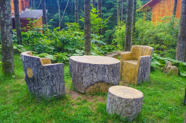 浑然一体,木屋一旁还有一些小动作造型的雕塑,诸如小鹿,小松鼠呀,各个图片