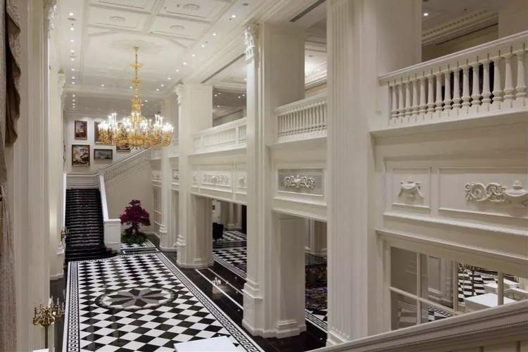 这种英式新古典主义文化同样延伸到了酒店的客房,英式风格的大宅卧室