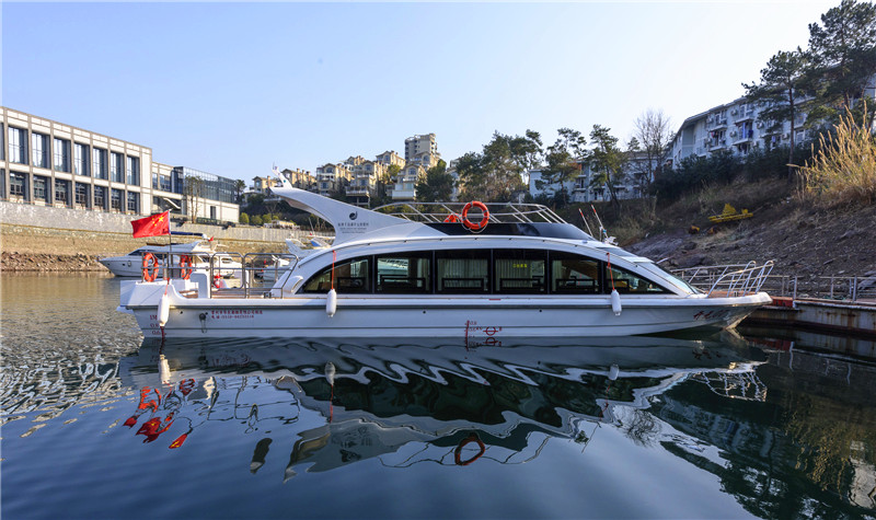 由千岛湖开元度假村码头出发,途经阳光大酒店湖域,往千岛湖大桥方向行