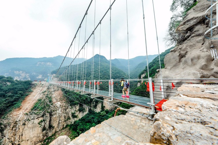 """鸳鸯桥玻璃栈道长219米,高195米,宽2米,建在景区""""九重天""""北侧的悬崖"""