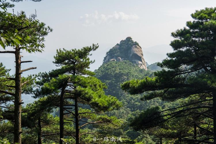 天柱山风景区 首先映入眼帘的是画眉岭,山上的亭子衬托青松,特别有