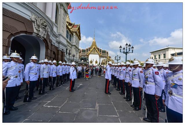 直击泰国大皇宫的护卫换班仪式,如同三军仪仗队图片
