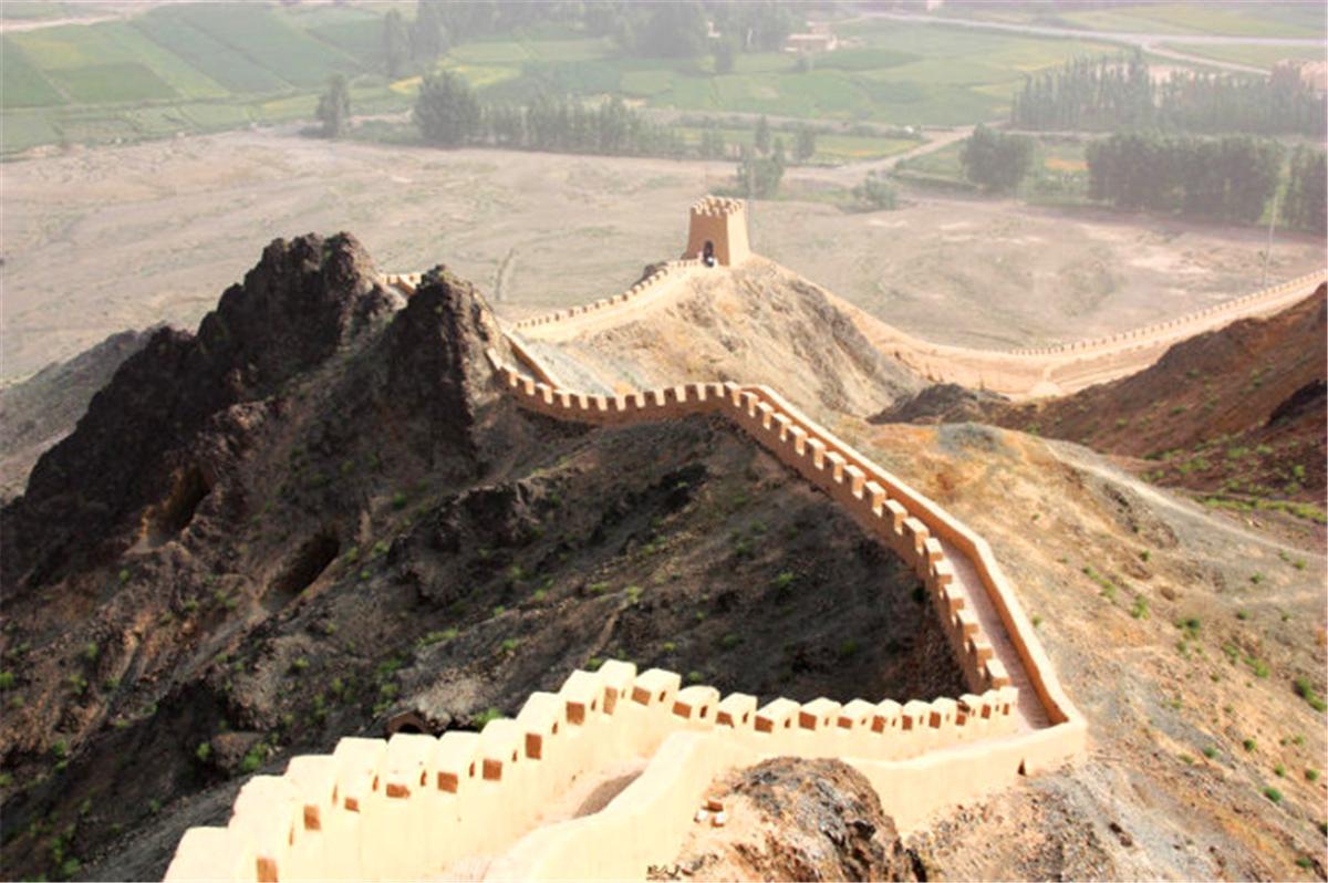 41我和朋友到达最高的烽火台,往下看不禁感慨啊。。在北京爬的长城,哪有那么清净哈~~都早已经people mountain people sea了~~.jpg