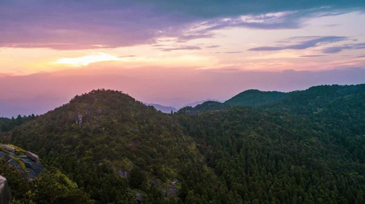 走在夕阳西下的黄昏,林海,森林公园,陡峭险峻的山岩,尽收眼底.