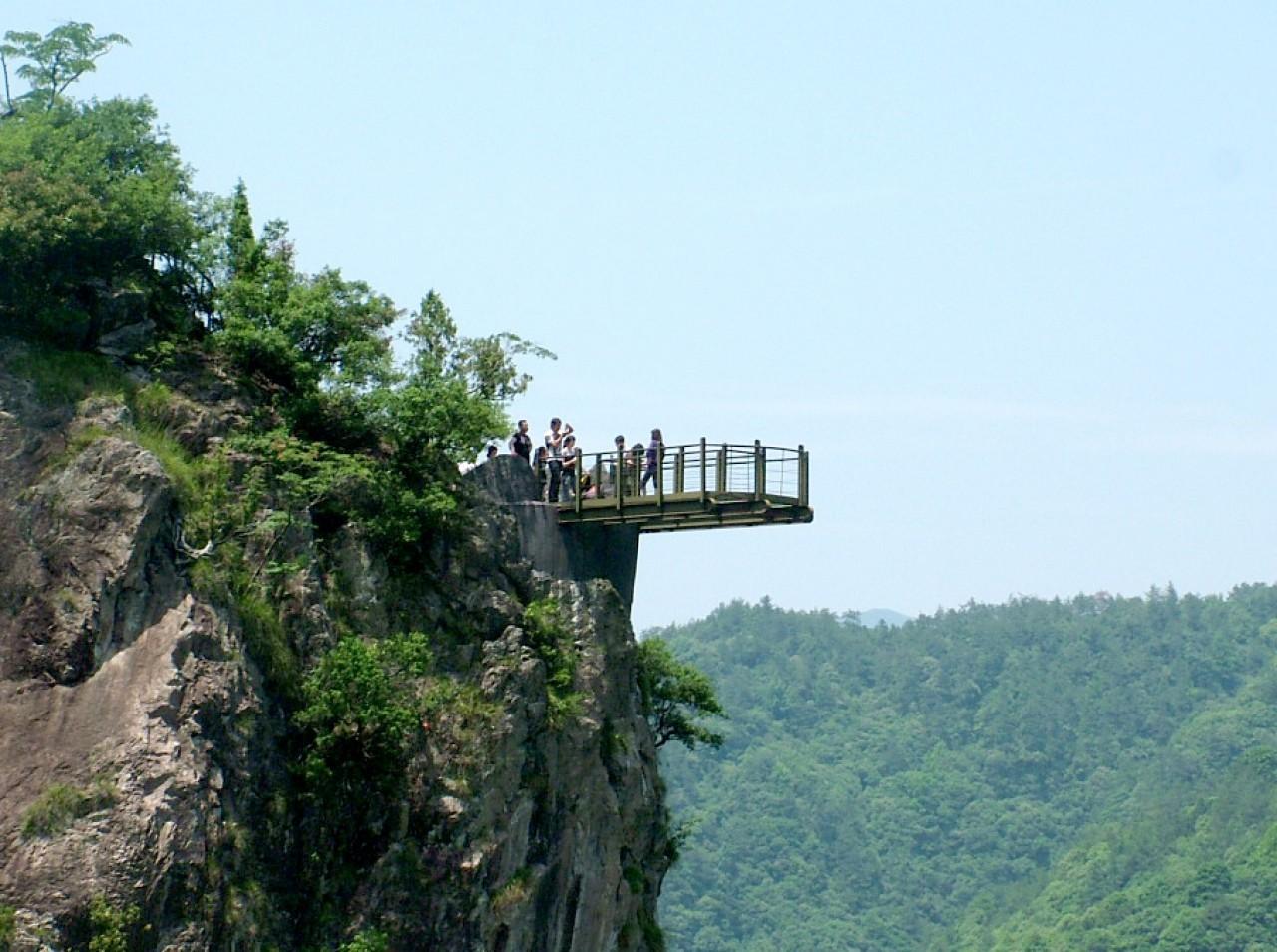 登上300多米高的中国第一悬空玻璃u型观景台,相当约100层的高楼,脚下