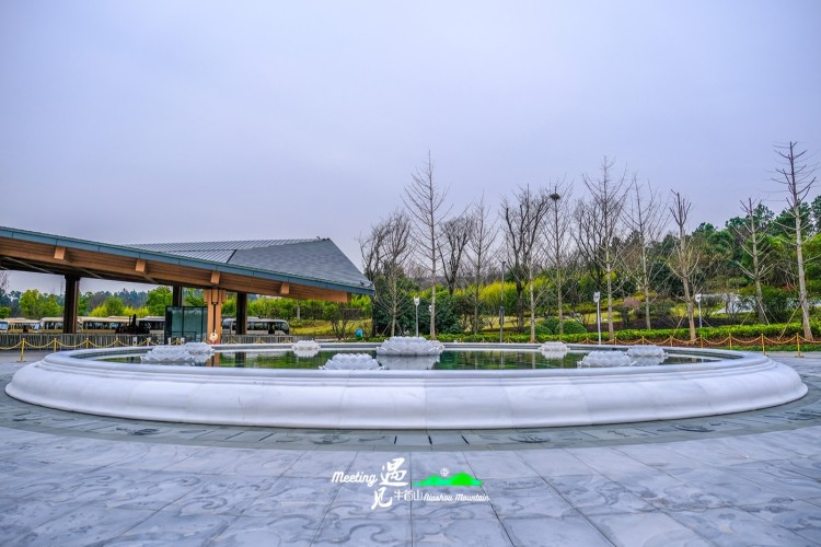 前苑有水景广场,这里有莲花喷泉,有人造图片