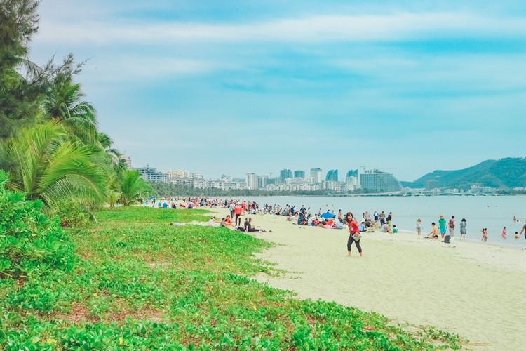 这里湾 长沙 细,岸上绿树如带,构成了 三亚 海滨风景区美丽动人的风景